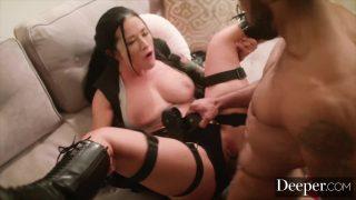 امرأة سمراء ذات ثديين كبيرين تثير شريكها الذي يلعب الألعاب ويمارس الجنس معه