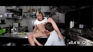 في المطبخ ، يخلع ملابس هذه الشابة ويبدأ في اختراق مؤخرتها وجملها