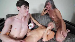 نساء كبيرات في السن يقدمن الطعام في المدينة ويعلقن شابًا ليمارس الجنس معه