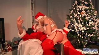 بابا نويل يصفع هذه المرأة الشقراء الجميلة التي يحبها