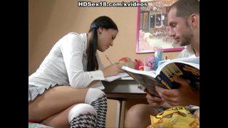 يريد أن يقوم بواجبه في الرياضيات ولكن هذا الرجل منجذب جدًا إليها أيضًا