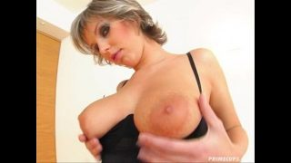 خالق الانتصاب هي هذه المرأة الشقراء التي لديها ثدي كبير جدا وثانيا