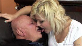 رجل عجوز أصلع يمارس الجنس مع شقراء مع ثدي صغير يقبل كل شيء