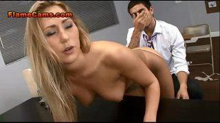 طبيب يريد قطع أصابع قدم فتاة شقراء