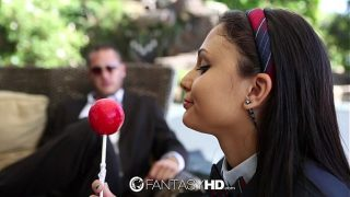 امرأة سمراء التي تتخيل نفسها تمتص ديكًا عندما تنظر إلى حلوى كبيرة جدًا وهي