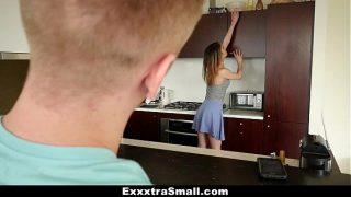 تريد تنظيف المنزل لكن زوجها يريد ممارسة الجنس فيخلع ملابسها