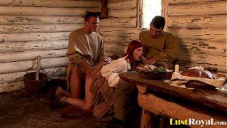 أحمر الشعر الذي يمارس الجنس مع مجموعة من قبل اثنين من الذكور الذي يضعها في عمق حلقها وفي الداخل