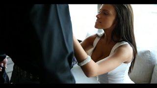 امرأة سمراء ذات ثديين جميلتين لديها جنس عاطفي ورومانسي