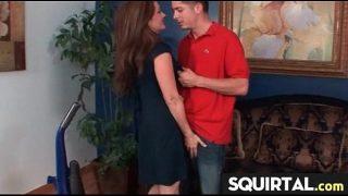 امرأة سمراء ناضجة مع الرغبة الجنسية التي تجعل زوجها ينظفها