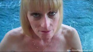 مكنسة ذات ثديين كبيرين وطبيعيين تدخل حوض السباحة للقيام بجولة جنسية عن طريق الفم