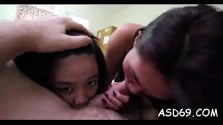 الآسيوية مع الثدي الصغيرة ركوب ديك أن تمتص مع الرغبة وأخذ