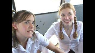 هاتان الشابتان الجميلتان اللتان تريدان أن تكونا متحمسين للكس خلف الحافلة