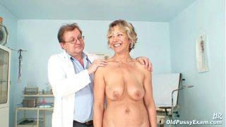 امرأة عجوز ذات ثديين كبيرين وخاملين تأتي إلى طبيب أمراض النساء لفحصها وتثير الإثارة