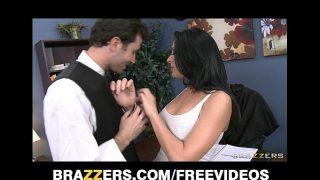 امرأة سمراء ساخنة تعرف كيفية تحريك شفتيها عندما يكون لديها ديك في فمها وتمتصه