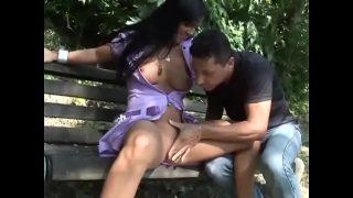 على مقعد في الحديقة ، تتلقى جبهة مورو سمراء هذه ألسنة كس من شريكها