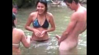 امرأة تمارس الجنس في بحيرة مع رجل التقت به