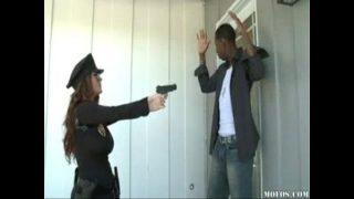 فات بوناتشيو ترتدي بدلة شرطي يريد استخدام هذا