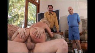 ثلاثة رجال ناضجين يمارسون الجنس مع نفس عاهرة شقراء على التوالي