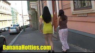 عاهرتان تمشيان في الشارع خلع ملابسهما في المنتصف