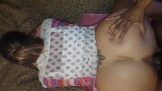 ساقطة بقطع كبيرة ملقاة على بطنها على الأريكة