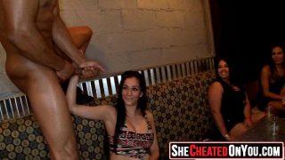 حفلة في ملهى ليلي حيث تمتص عدة فتيات قرنية قضيب الرجل