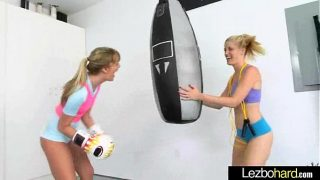 السحاقيات اللاتي يتدربن في الملاكمة وينجذبن لبعضهن البعض حتى يخلعن ملابسهن
