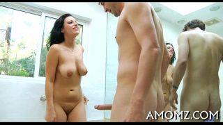 امرأة سمراء راكعة في الحمام وممارسة الجنس الفموي مع رجل مع قضيب كبير