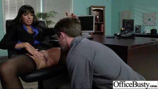 يضع السكرتير أحد زملائه في المكتب ليضع رأسه بين رجليه