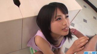 فتاة آسيوية صغيرة مع ثديين صغيرتين تفعل الكفوف لشخصين