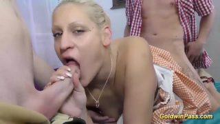 إنه يمارس الجنس مع مؤخرته أثناء مص قضيب الرجل
