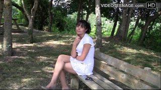 بعد المشي في الحديقة فتاة سمراء مع تنورة قصيرة وملابس داخلية
