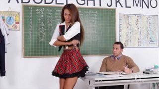التلميذة تسير تحت تنورتها بجوار مدرس لاتيني