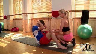 بعد مساعدته في أداء عضلات البطن الصحيحة ، تتحرك هذه المرأة الشقراء الجميلة