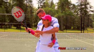يتعلم لعب التنس على يد مدرب جيد للغاية في صالة الألعاب الرياضية ولكن كمكافأة