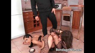 ترتدي كلتا الفتاتين أحذية سوداء طويلة وتريد أن يمارسها رجل في المؤخرة