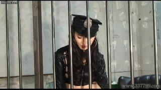إنه خلف القضبان ويريد أن يجعل هذه المرأة تشعر بالراحة