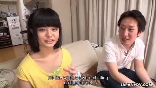 المرأة الصينية التي تضع شيئًا في فمها حتى لا تغلق شفتيها
