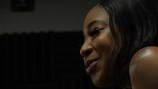 امرأة سوداء من فئة الرفاهية تريد أن يمارسها شاب